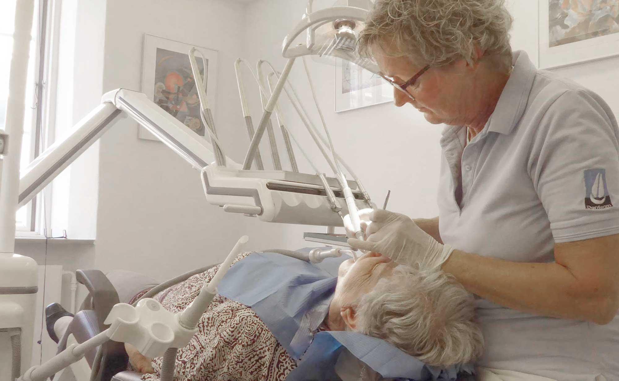 Tandrensning af tandtekniker